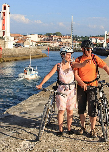 Couple de vacanciers cyclistes à Saint-Jean-de-Luz au Pays basque